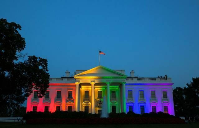 Weißes Haus in Regenbogenfarben