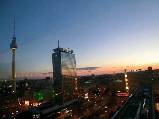 Alexanderplatz, Fernsehturm, Blick auf Berlin-Mitte nachts