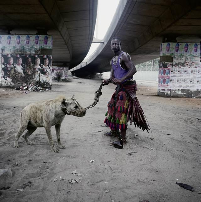 "Foto: Pieter Hugo: ABDULLAHI MOHAMMED WITH MAINASARA, LAGOS, NIGERIA, AUS DER SERIE ""THE HYENA & OTHER MEN"", 2005-2007, 2007, c-print, Pieter Hugo, | Priska Pasquer, Köln"