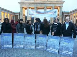 Foto: maneo / Mahnwache vor dem Brandenburger Tor – Für Menschenrechte und gegen religiösen Fanatismus, gemeinsam mit Seyran Ateş (2.v.l.), Lala Süsskind (3.v.l.) und Bastian Finke (re.)