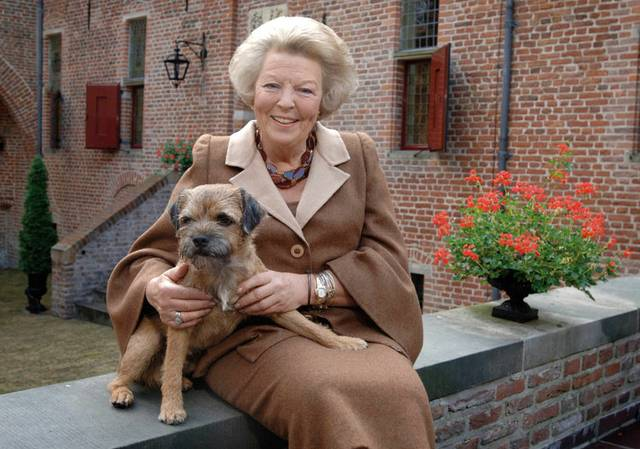 die ehemalige Königin der Niederlande und ihr Hund Chip