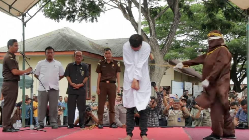 Schwules Paar in Indonesien öffentlich ausgepeitscht