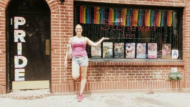 Jessica vor dem Stonewall Inn