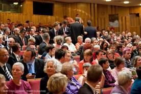 Fotos: Mathias Eckert / Rund 500 Zuschauer verfolgten die bewegende Zeremonie im Staatstheater