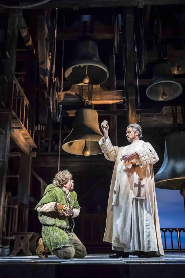 GloecknerVonNotreDame_DeutschesTheaterMuenchen_2017_Frollo_und_Quasimodo_Photo_Johan_Persson