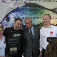 © Ole von Beust (Mitte) beim CSD-Hamburg 2009
