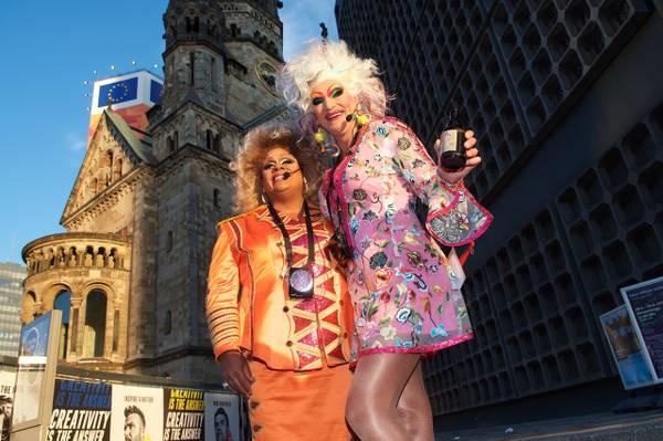 Olivia Jones und Gloria Glamour, Berlin Kieztour, Gedächtniskirche (c) www.kult-kieztouren.de.jpeg