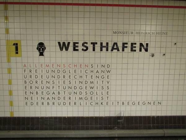 20141112_xl_Standtansichten-Berlin--U-Bahnhof-Westhafen--ehemals-Bahnhof-Putlitzstrasse--Wandfliesen-mit-Zitate-der-Allgemeinen-Erklaerung-der-Menschenrechte--AEMR_1303.jpeg