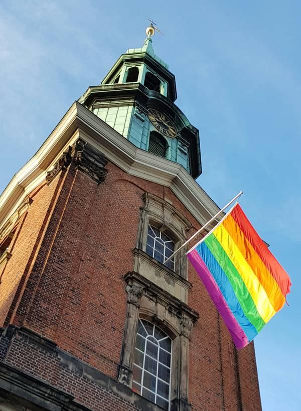 Regenbogenfahne an der StGeorgskirche.jpg