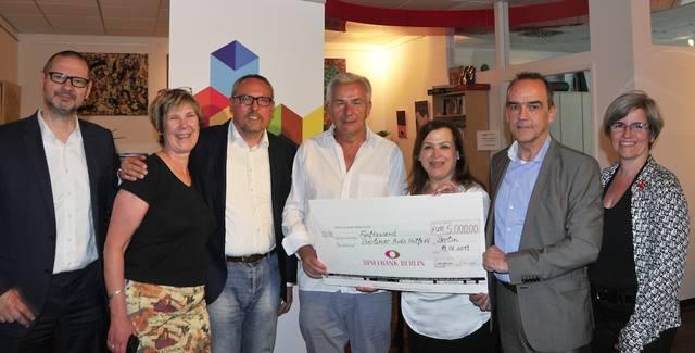 Klaus Wowereit Scheck Berliner Aids-Hilfe