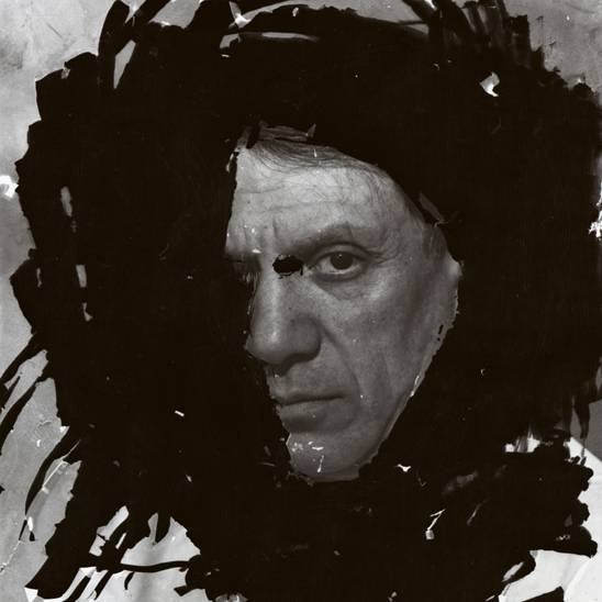 Dora Maar (1907 – 1997), Porträt von Picasso, Atelier in der Rue d'Astorg 29, Paris, Winter 1935/36, Neuer Abzug, 11 x 8,5 cm, Centre national d'art et de culture Georges Pompidou, Paris, Foto: VG Bild-Kunst, Bonn 2012