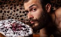 Bärtiger Mann mit Kuchen