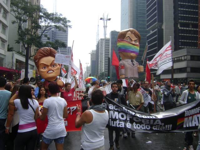 Parada_gay_2011_-_bonecos_dilma_e_bolsonaro.jpg