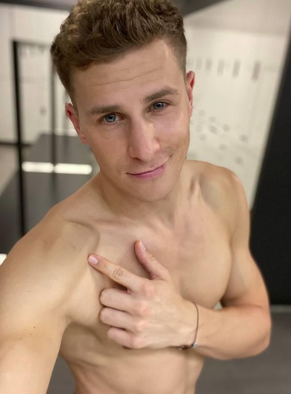 Lukas Sauer zieht blank