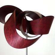 Franziska Zänker: Amöbiusband Rot I, 2013, Sperrholz, geschnitten, geschliffen, gebeizt, lackiert, gebogen, 25x 20cm, Foto: F.Zänker