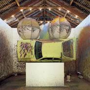 Richard Jackson, Painting with Two Balls, 1997, Ford Pinto, Metall, Holz, Leinwand, Acrylfarbe, 610 x 110 x 610 cm, Sammlung Hauser & Wirth Collection, Schweiz , Foto: Stephan Altenberger Photography, Zürich, Abbildung courtesy Hauser & Wirth