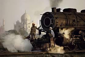 Taj und Zug. Agra, Uttar Pradesh, Indien. 1983