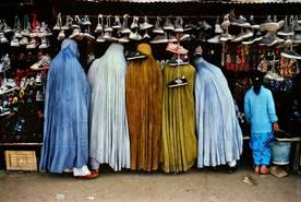 Einkaufende Frauen tragen die traditionelle Burka. Kabul, Afghanistan. 1992
